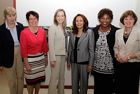 Mit der Tunesischen Familienministerin Sihem Badi (3. v. r.) und Bundesfamilienministerin Kristina Schröder in Berlin (Juni 2012)