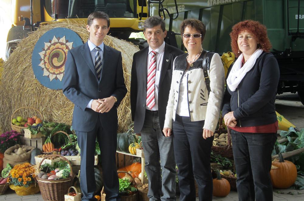Erntedankfest in Lichtenau (v.l.n.r.): Bürgermeister Christian Greilach, Karl-Heinz Geißler, Dorothea Maisch, Angelika Geißler