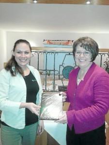 Schwarzwälder Bote, 26.02.2014: Magdalena Öhler (links) dankte Dorothea Maisch mit einem Präsent